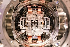 View into the vacuum chamber with the integrated PI stage (Image: SLAC National Accelerator Laboratory)